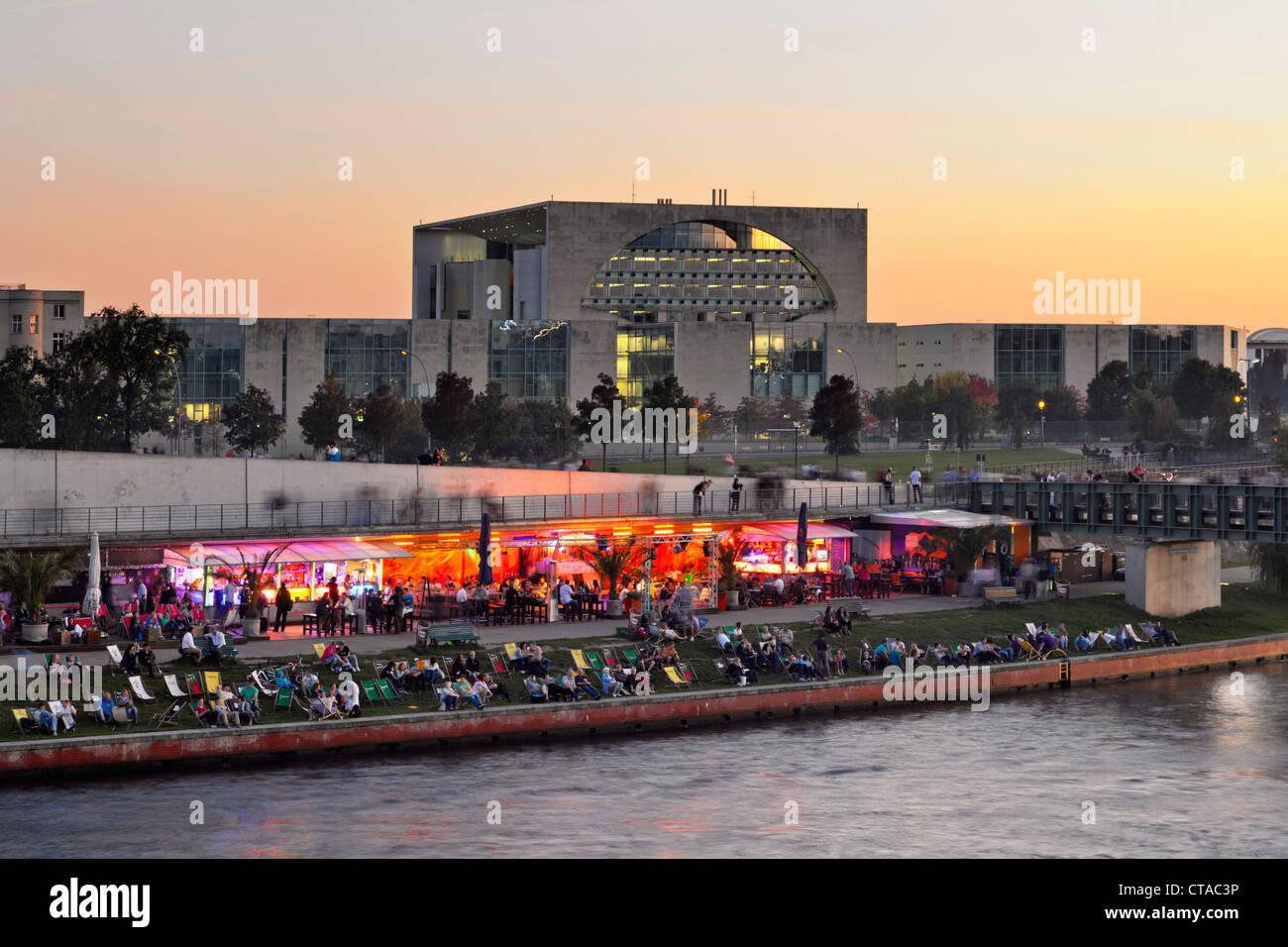 Capital Beach Cafe am Ufer der Spree, neuen Bundeskanzleramt bei Dämmerung, Berlin, Deutschland, Europa Stockbild