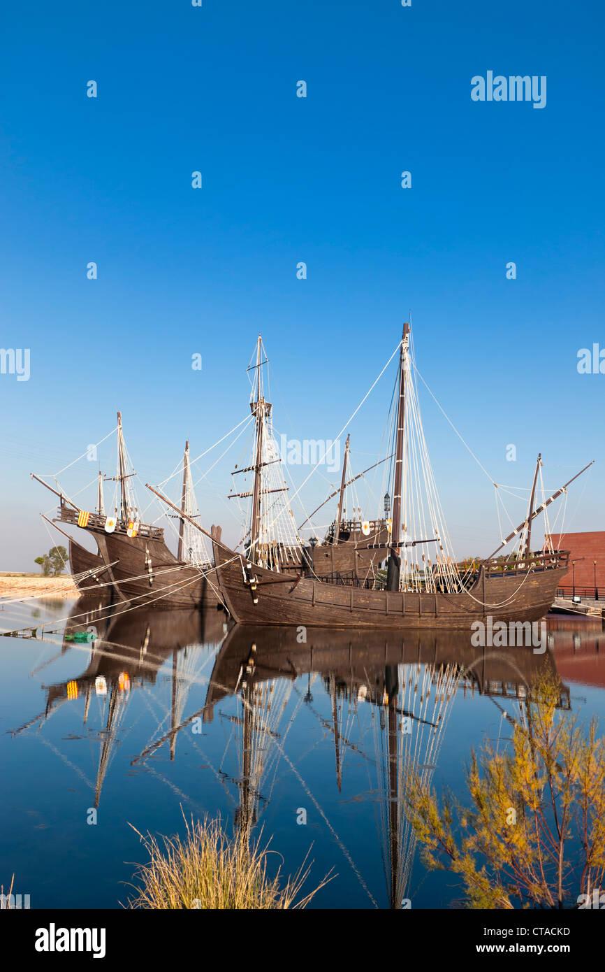 Nachbauten von Schiffen, die Columbus nach Amerika in an der Wharf der Karavellen, Palos De La Frontera, Spanien Stockbild