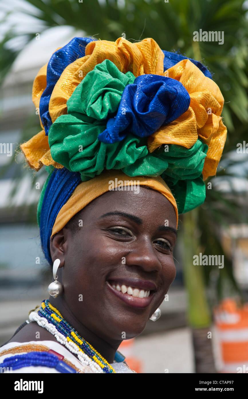 Freundliche brasilianische Frau in Tracht, Salvador, Bahia, Brasilien, Südamerika Stockbild