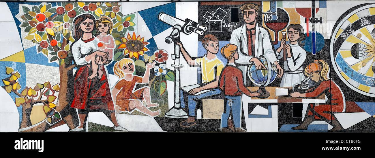 "Berlin, Deutschland. Detail aus ""Unsere Leben"" (""unser Leben"") Mosaik (1963; Walter Womacka) Stockbild"