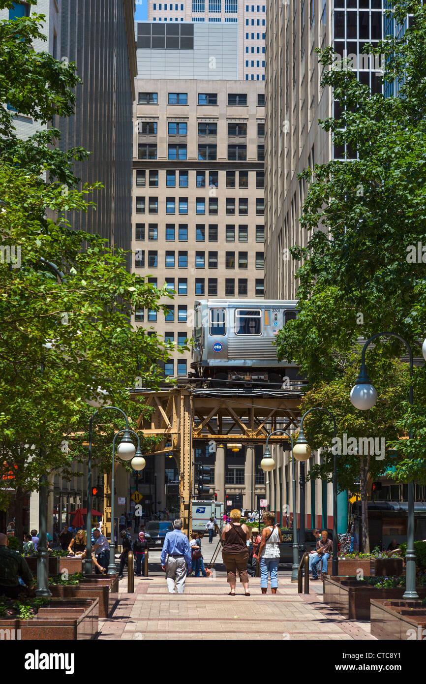 L-Zug auf The Loop angesehen von Financial Place in der Innenstadt von Chicago, Illinois, USA Stockbild
