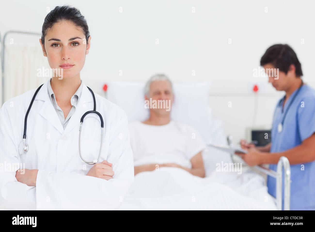 Ernst Arzt ihr Gelenkarme Stockbild
