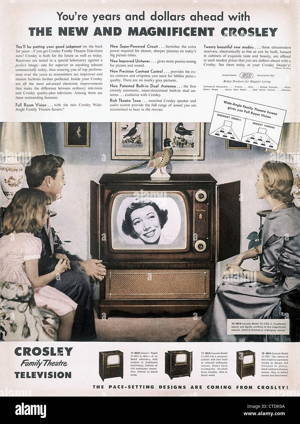 1950er Jahre Magazin Werbung für Crosley Fernsehen eingestellt zeigt Familie vor dem Fernseher. Stockbild