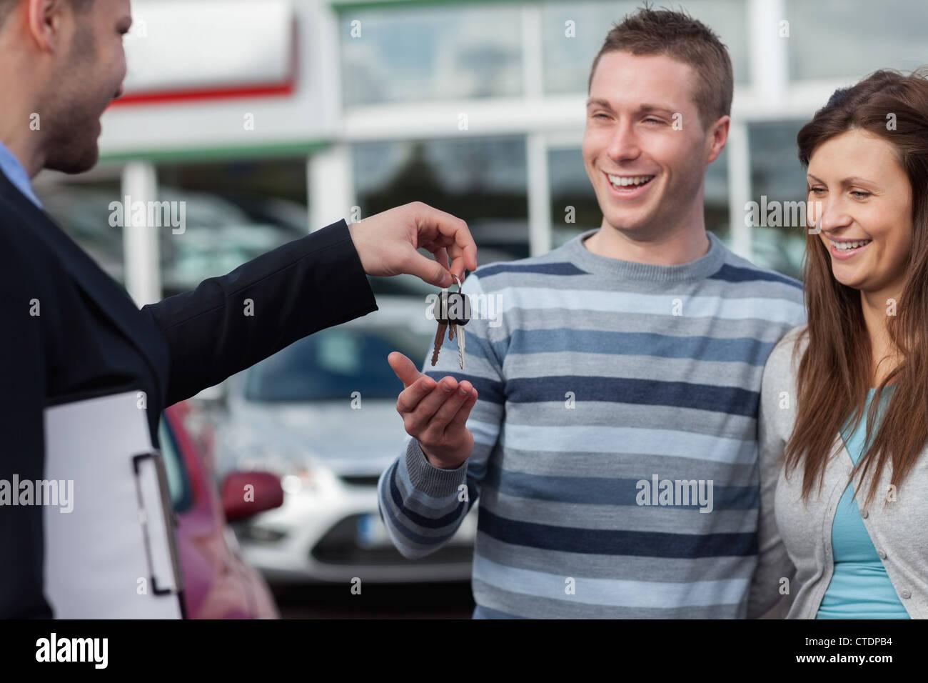 Paar Autoschlüssel von einem Händler erhalten Stockbild