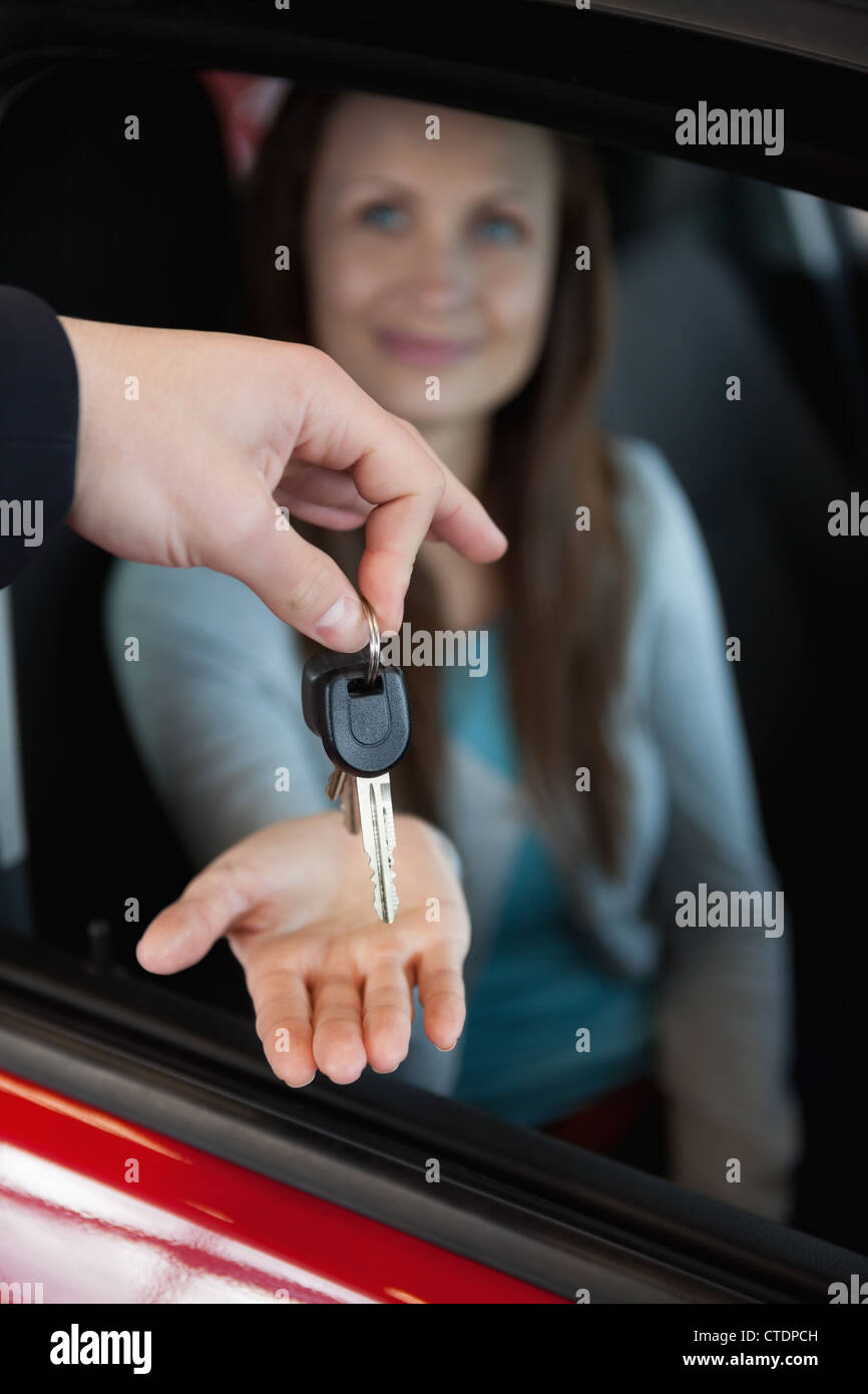 Händler, die Autoschlüssel an seinen Fingerspitzen hält Stockbild