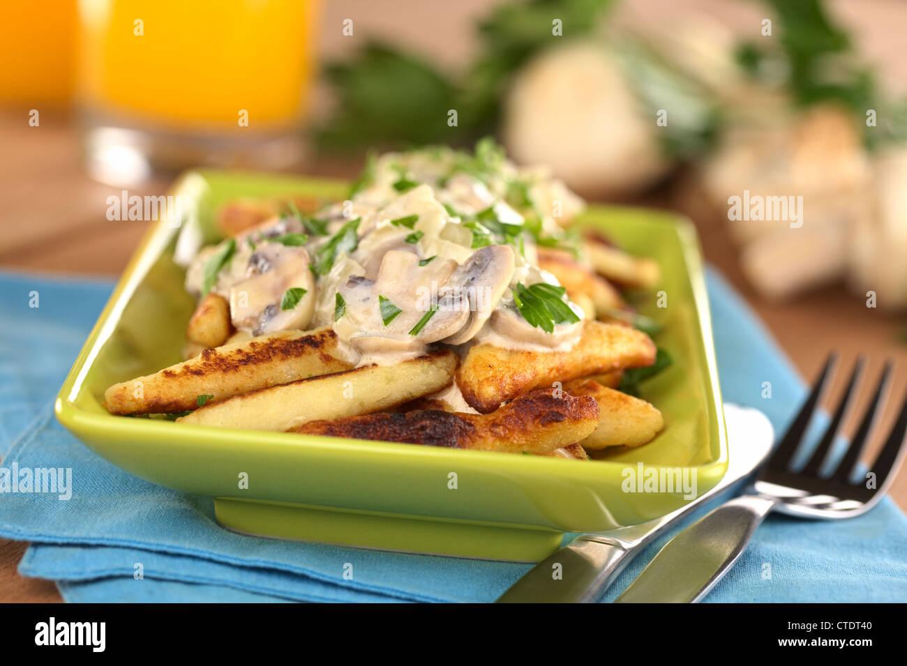 Schupfnudeln (schwäbische Kartoffel Nudeln aus Süddeutschland) mit Champignonsauce Stockbild