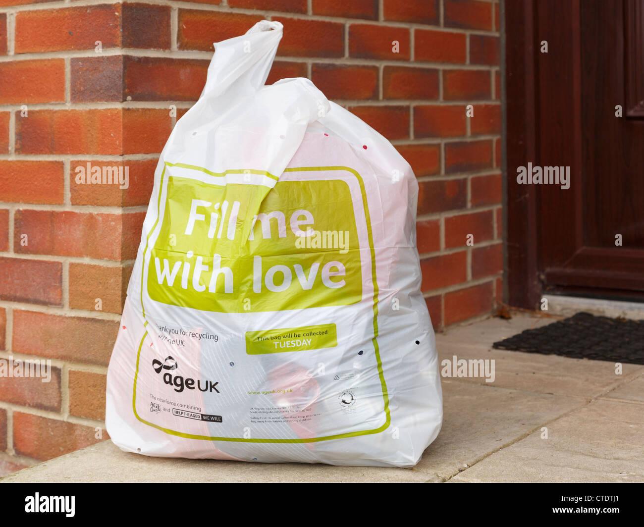 Alter UK Charity Kleidung recycling Tasche voll von alten Kleidung für Sammlung vor einem Haus Stockbild