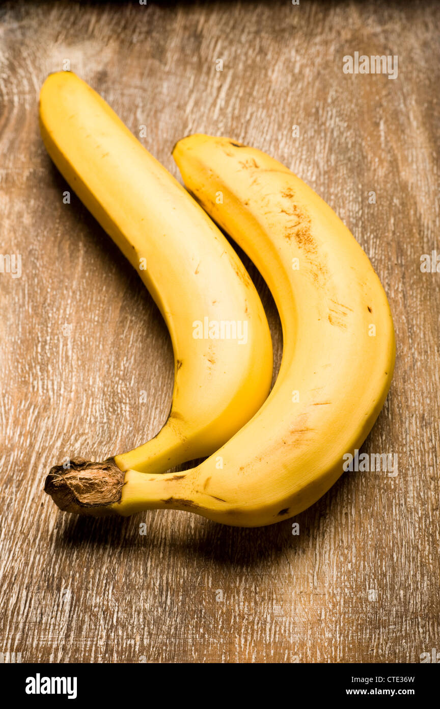 Zwei organischen Bananen auf einer hölzernen Oberfläche Stockbild