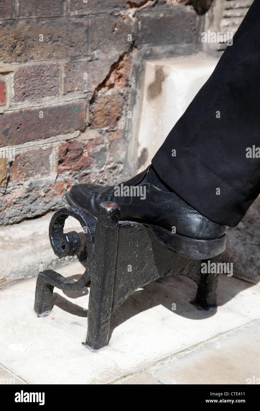 viktorianischen stiefel abstreifer am whitehall pflaster. Black Bedroom Furniture Sets. Home Design Ideas