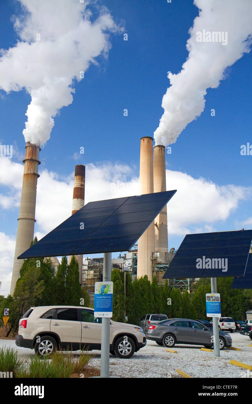 Photovoltaik-Anlage auf das TECO Tampa Big Bend Kraftwerk befindet sich im Apollo Beach, Florida, USA. Stockbild