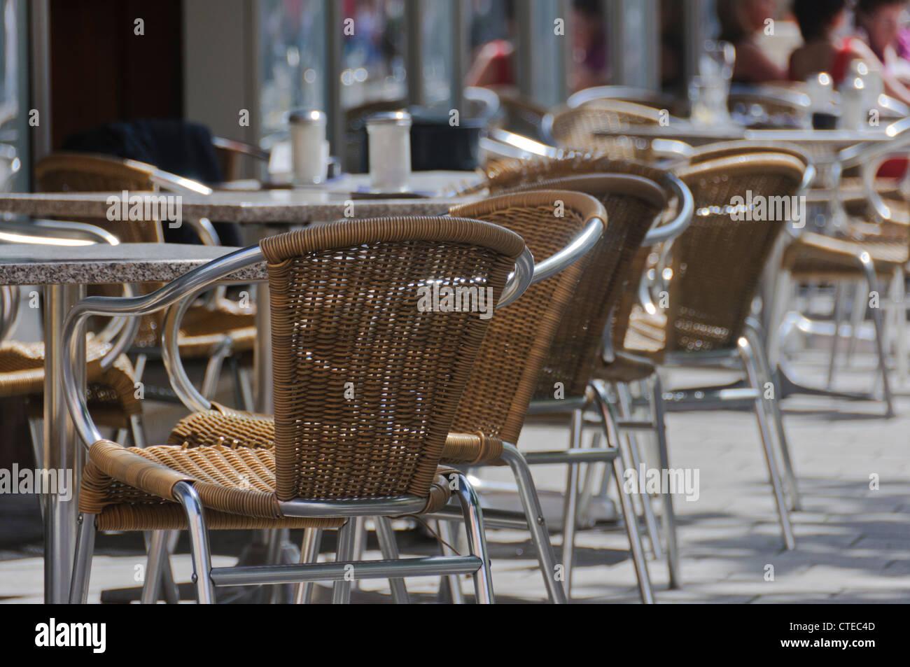 Braun Beige Korbsessel In Pflaster Burgersteig Cafe Bistro Tische