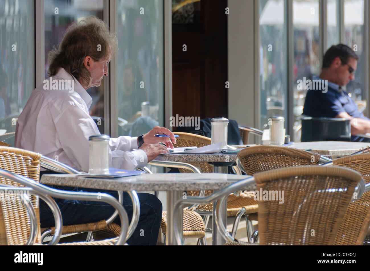 Alterer Kaukasischen Mann Sitzt Im Korbstuhl Im Strassencafe