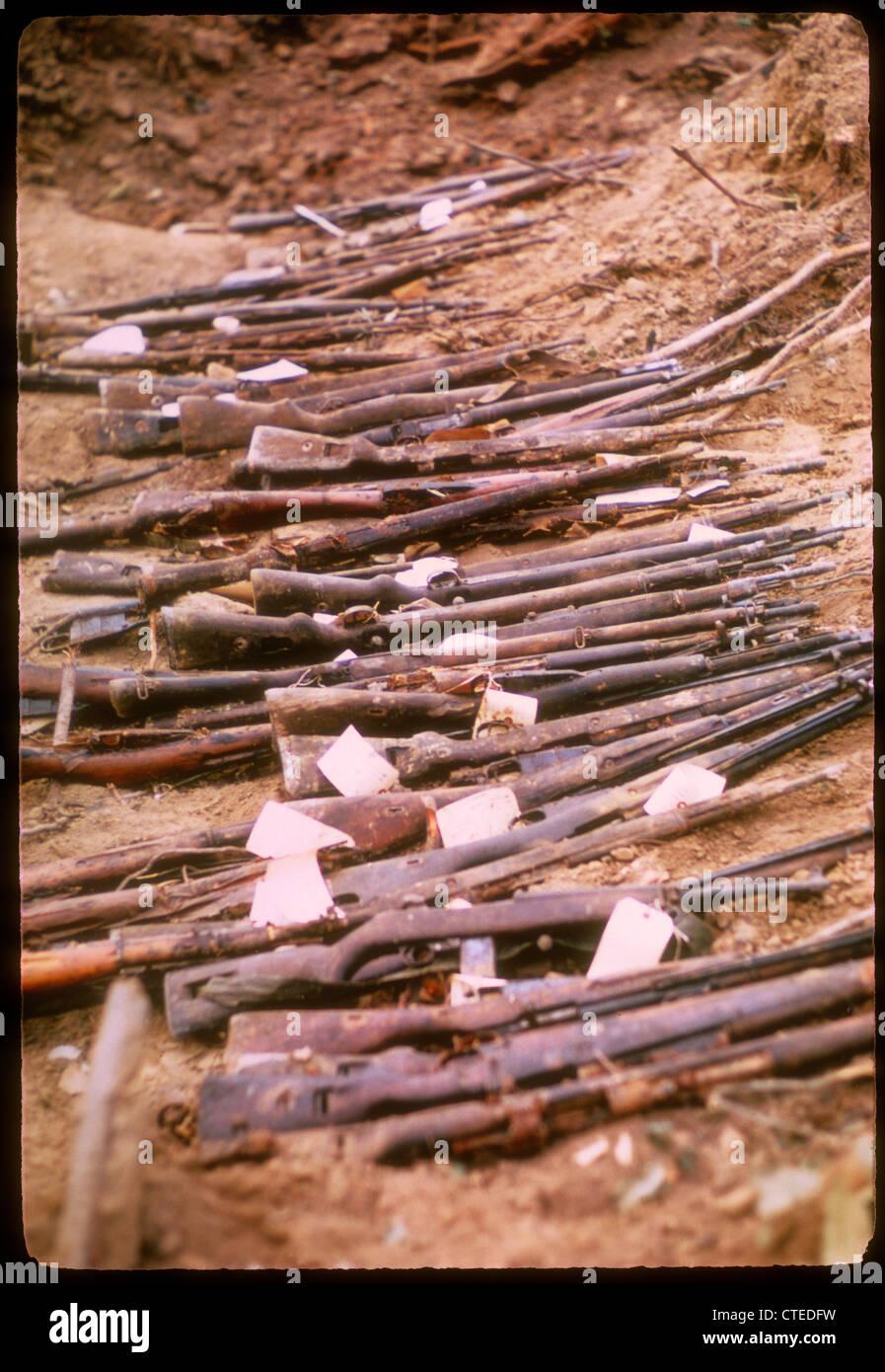 Gewehre erobert während des Vietnamkriegs - Mauser k98, Mosin Nagant, M1 Carbine Verlegung in Schmutz 7.62X54R Stockbild