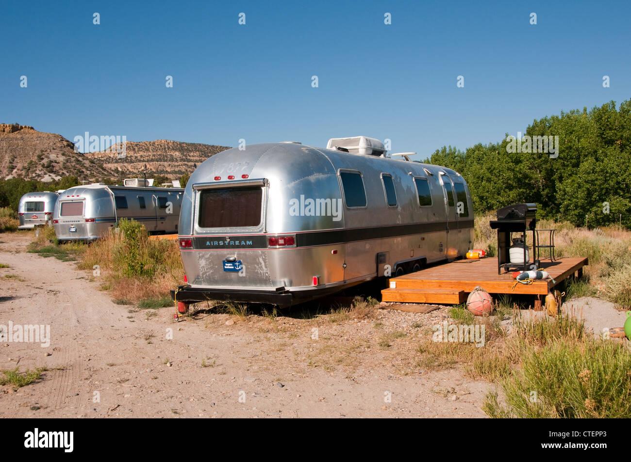USA, Utah, klassische Airstream Wohnwagen als Unterkunft bei dem Shooting Star Drive-In in Escalante. Stockbild