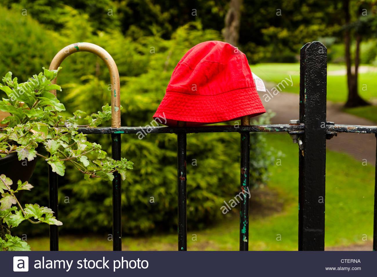 Des Kindes verlorenen Hut auf Geländer gesetzt Stockbild