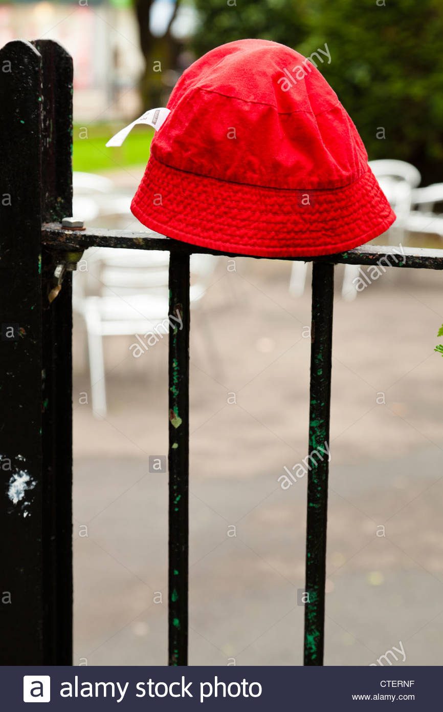 Verlorene Kleidung. Das Kind verloren hat am Geländer platziert Stockbild