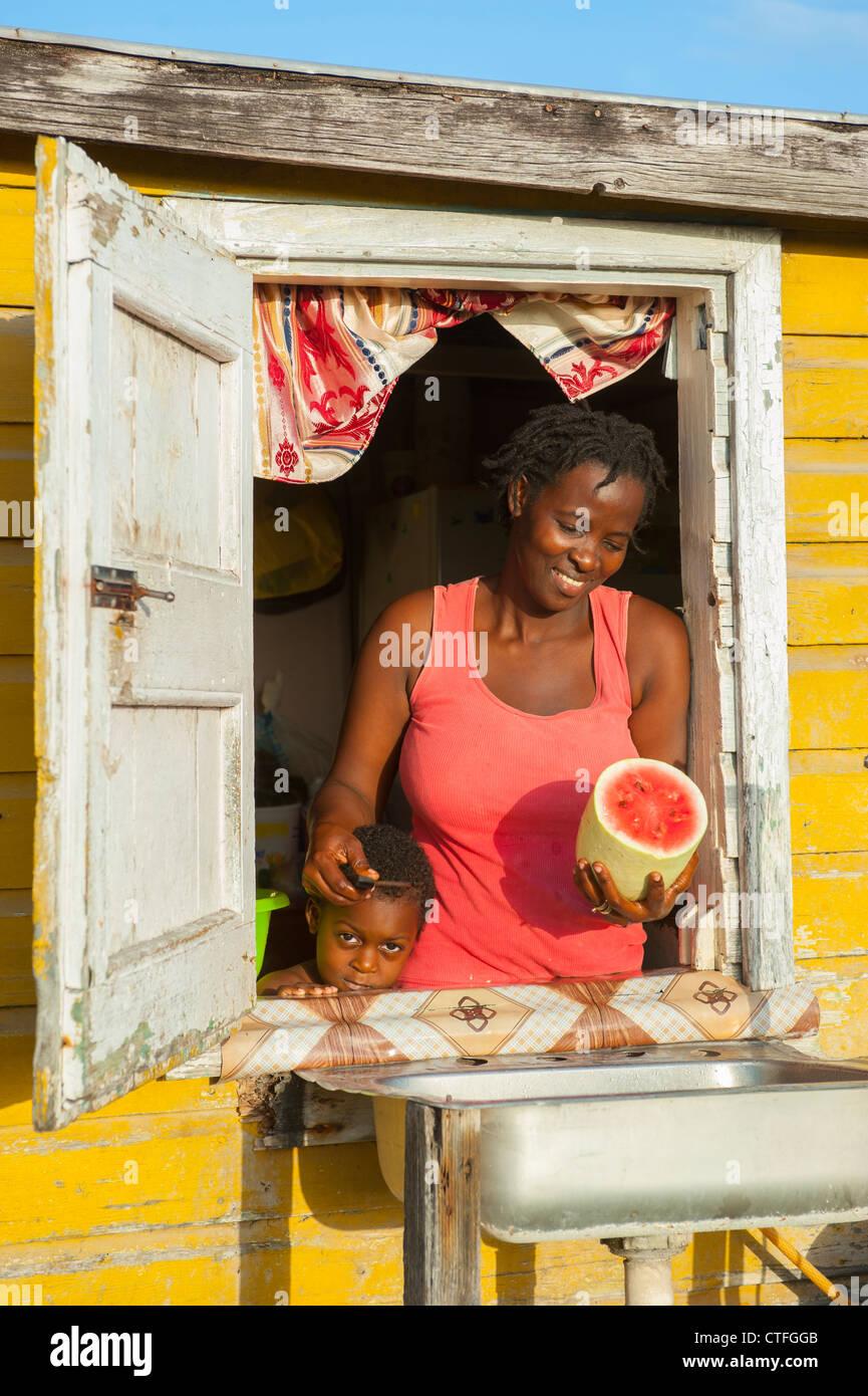 Karibik Antillen St. Kitts und Nevis - Porträt einer Mutter und Sohn am Fenster ihres Hauses auf Nevis Stockbild