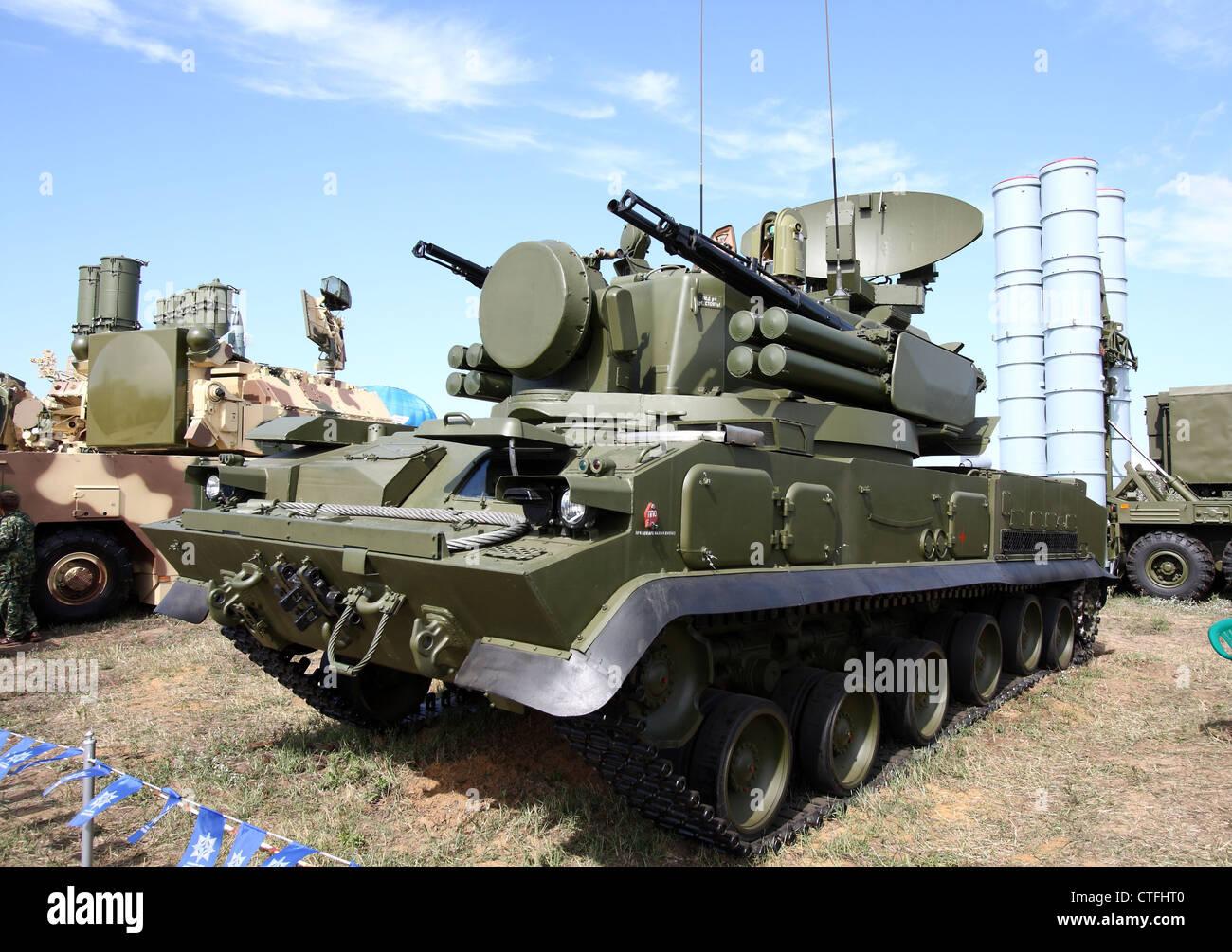 Nachverfolgte selbstfahrende Flugabwehr-Waffe bewaffnet mit einer Boden-Luft-Pistole und Rakete Tunguska (die internationale Stockbild