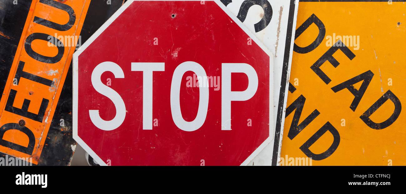 Alte, Vintage Verkehrszeichen einschließlich ein Stop-Schild, ein Umweg Zeichen und eine Sackgasse Werbetechnik Stockbild