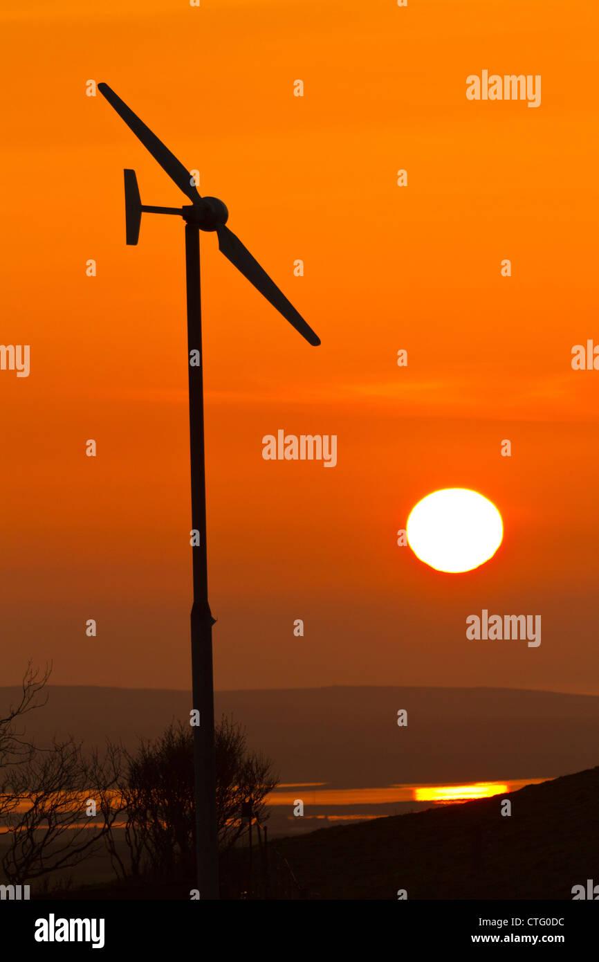 Windturbine mit Sonnenuntergang Stockbild