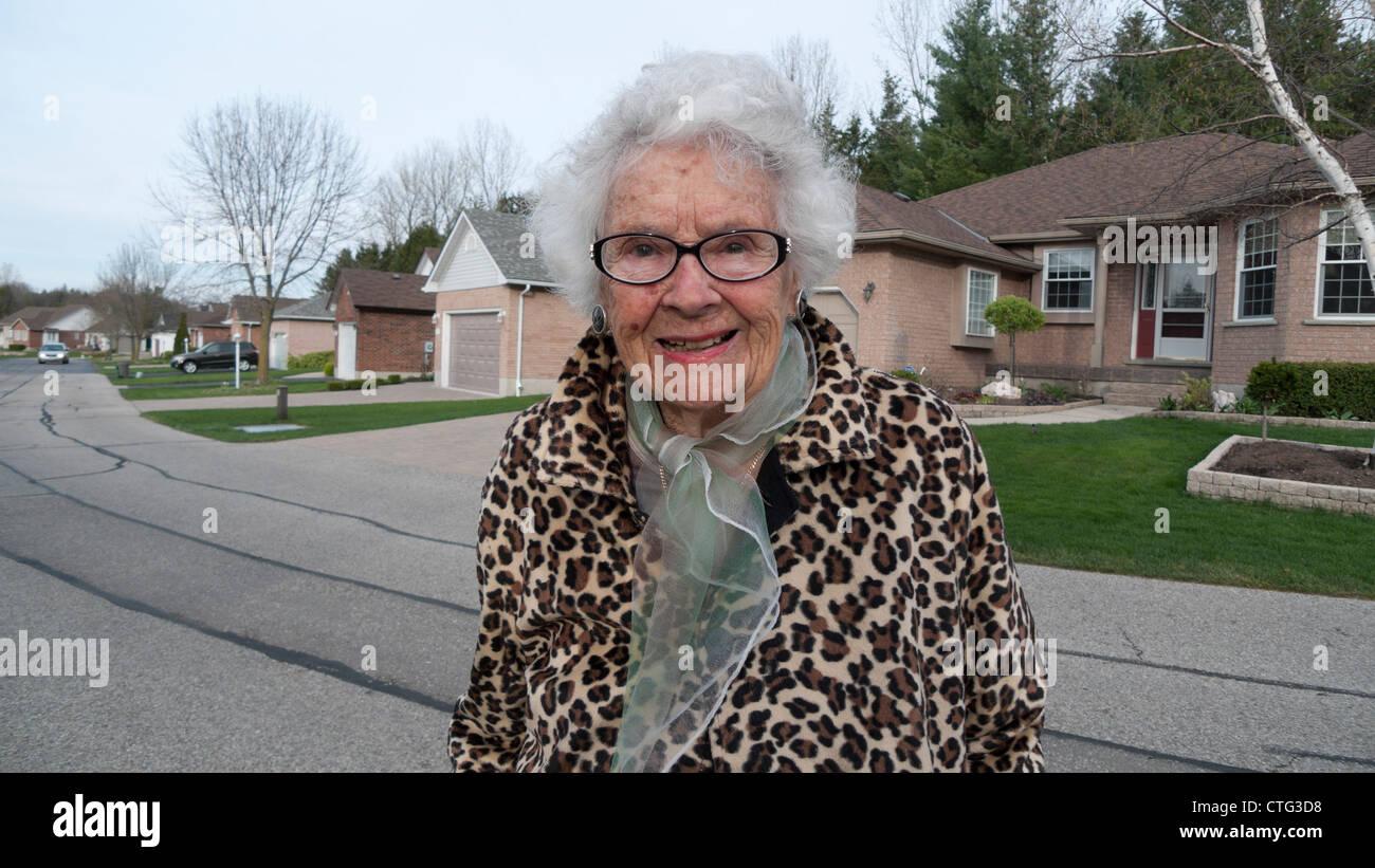 Eine 97 jährige Frau, für einen Spaziergang um das Gemeindezentrum Foxboro grün Erwachsenen Lifestyle Stockbild