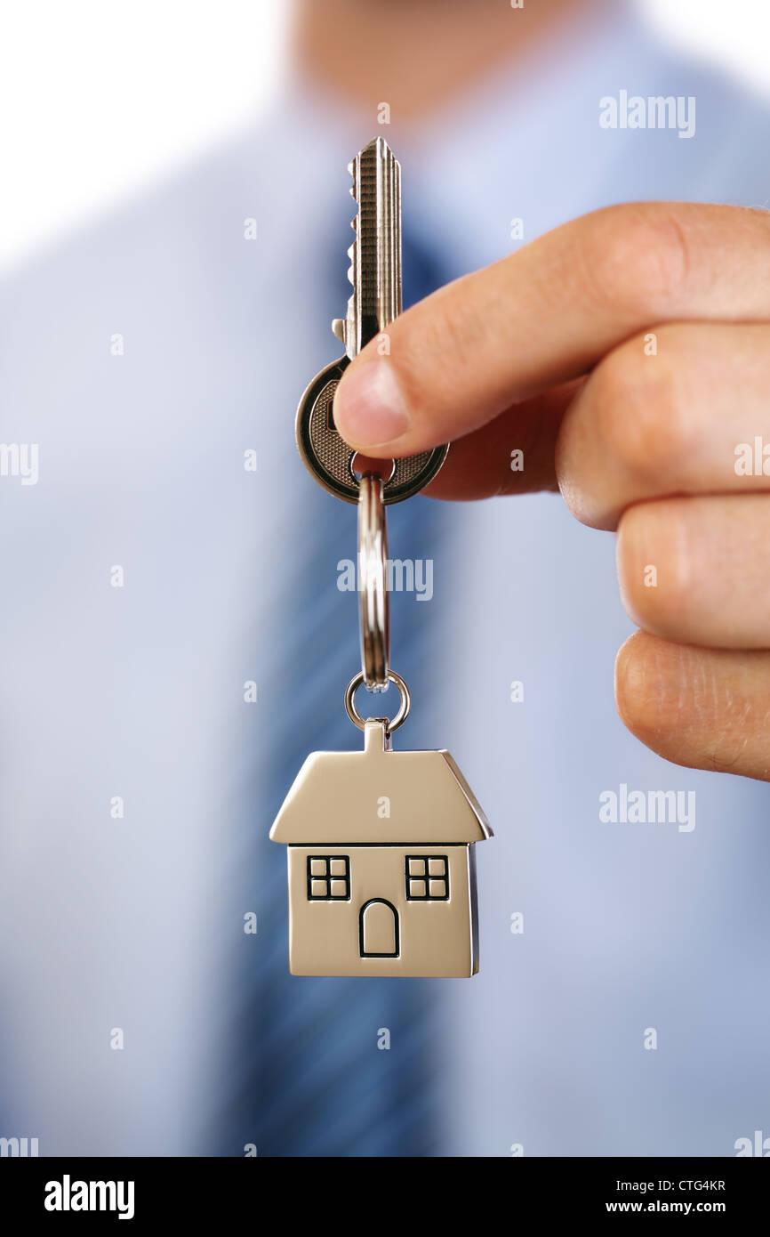 Real Estate Agent geben Hausschlüssel Stockbild