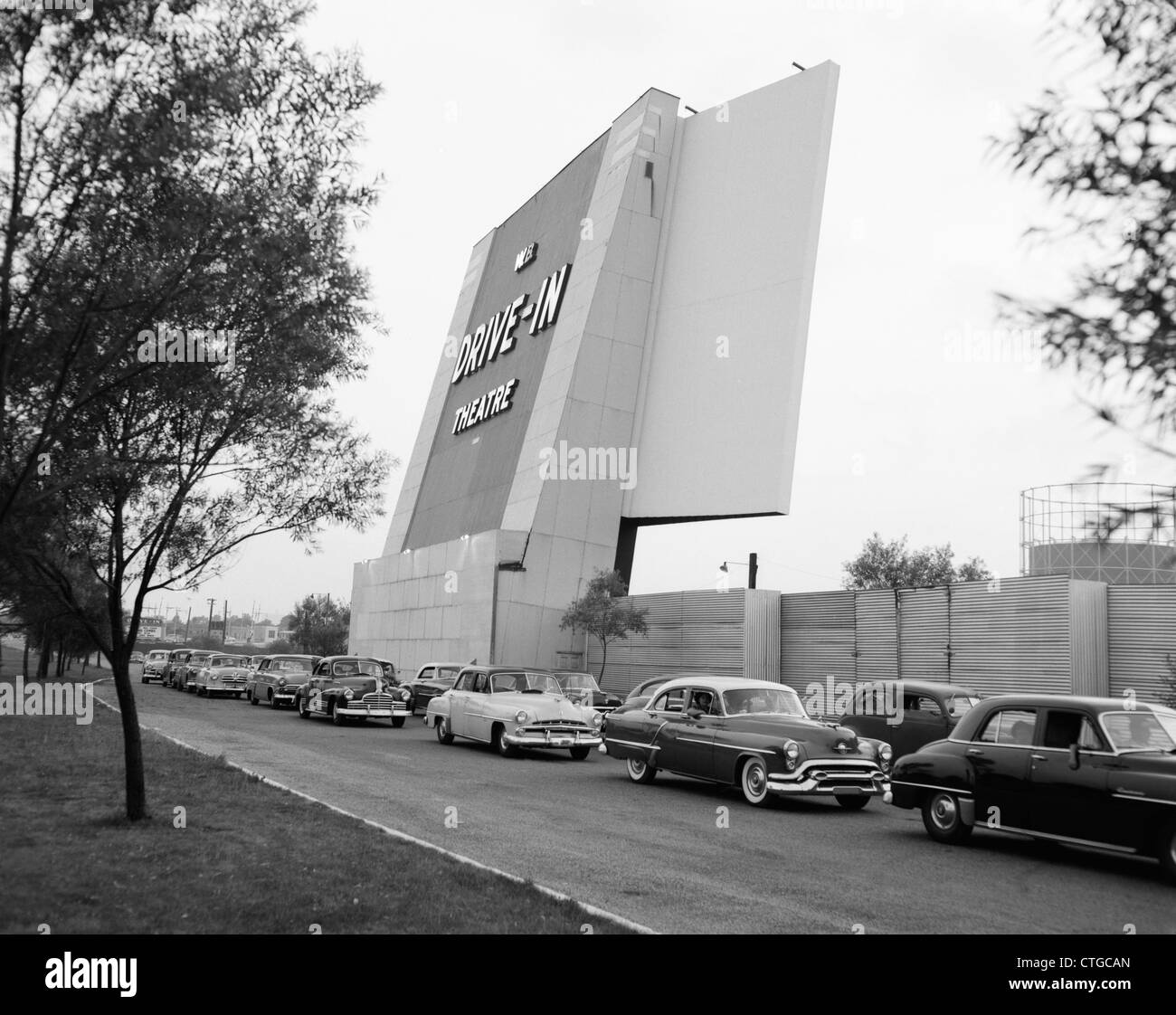 1950ER JAHRE AUTOS IN TRAFFIC JAM VERLASSEN BETRETEN DRIVE-IN THEATRE Stockbild