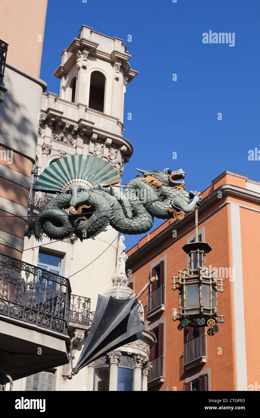 Barcelona, Spanien. Chinesische Drachen und Regenschirm Casa Dels Paraigues auf der La Rambla. Stockbild