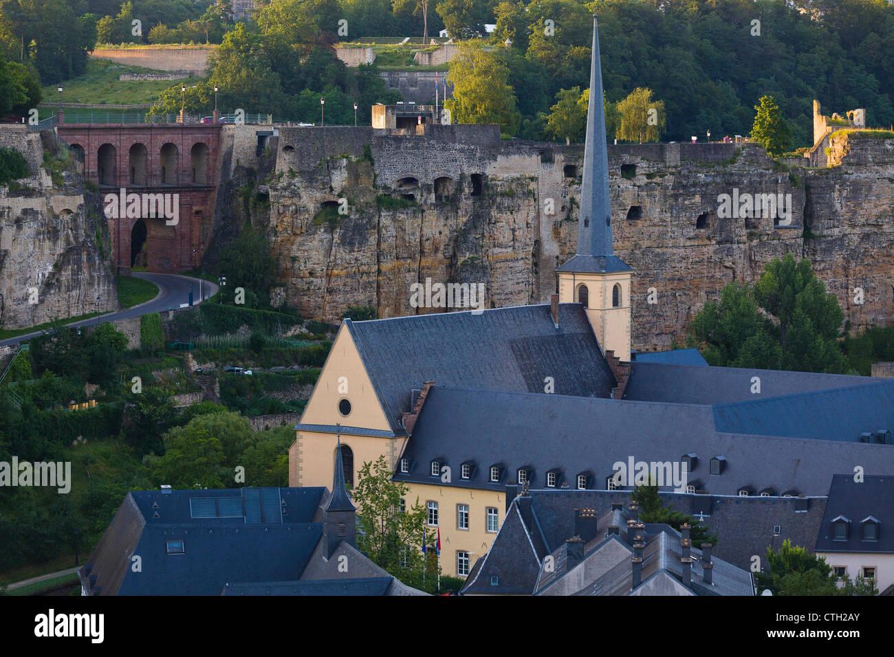 Die Schlassbreck (Schlossbrücke) der Bock Rock und Neumünster Abbey im Tal Grund. Stockbild