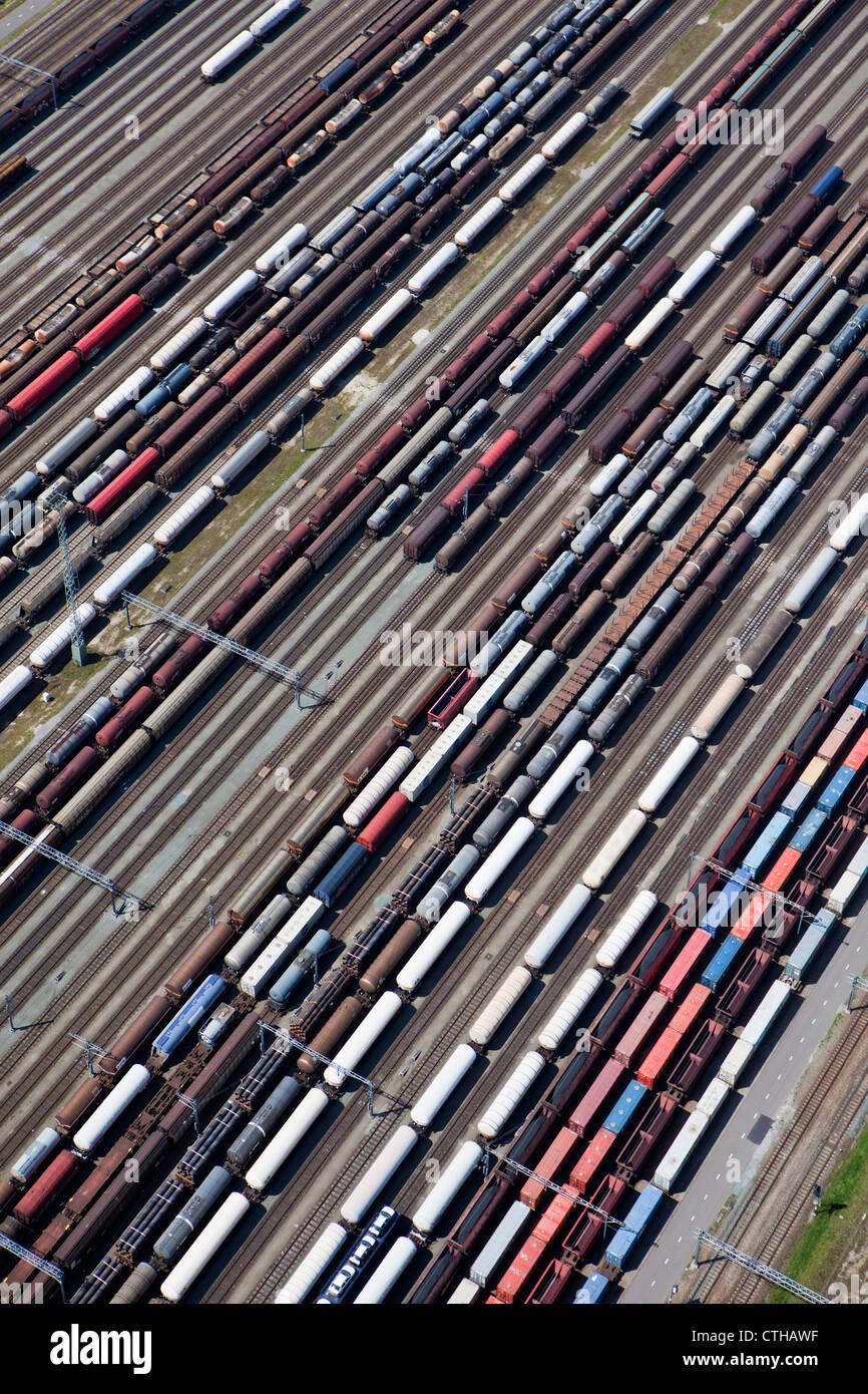 Die Niederlande, Zwijndrecht, Zug rangieren Hof namens Kijfhoek. Luft. Stockbild