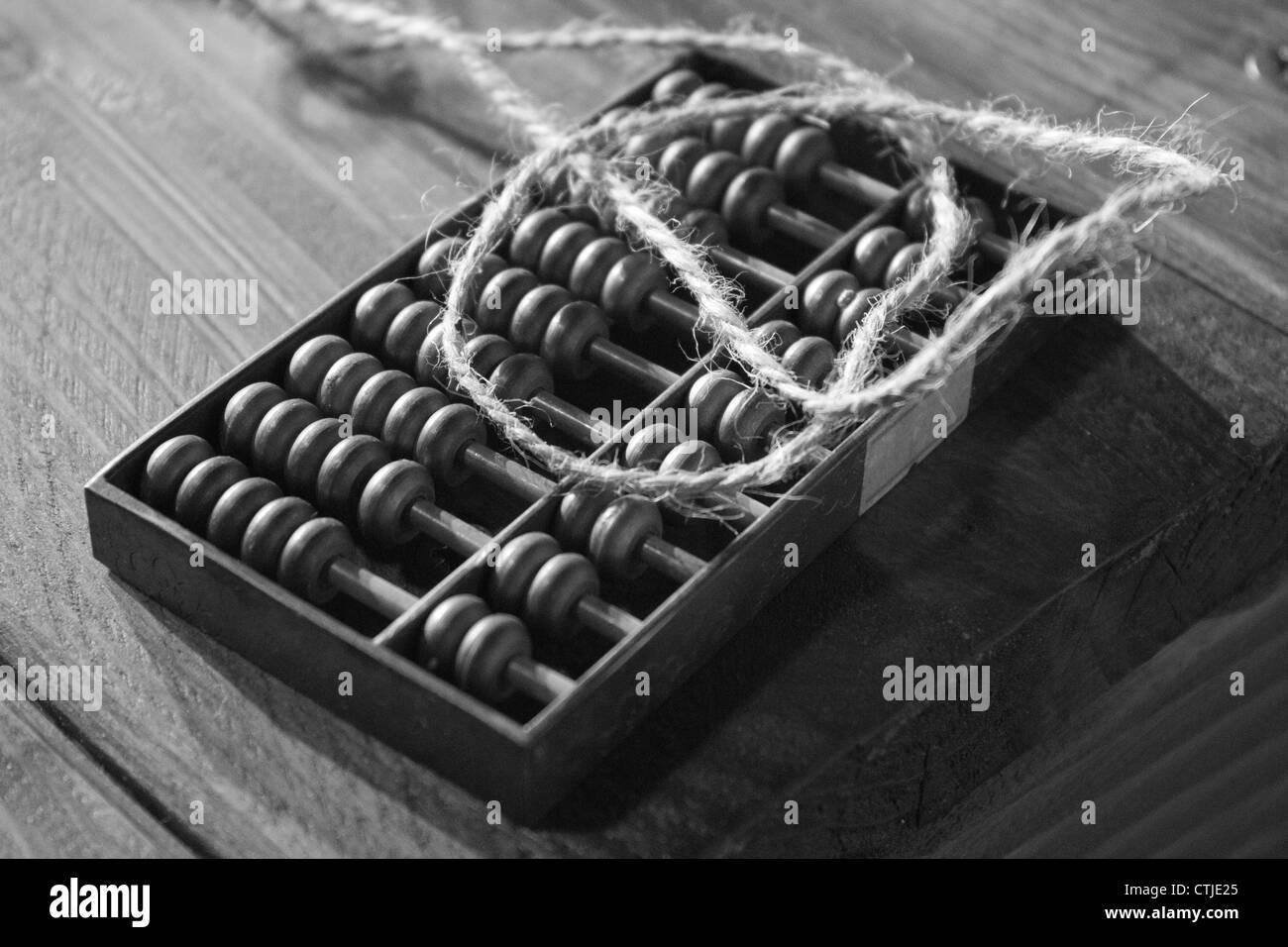 Einem antiken hölzernen Abakus. auf einer Holzbank, schwarz / weiß Foto Stockfoto