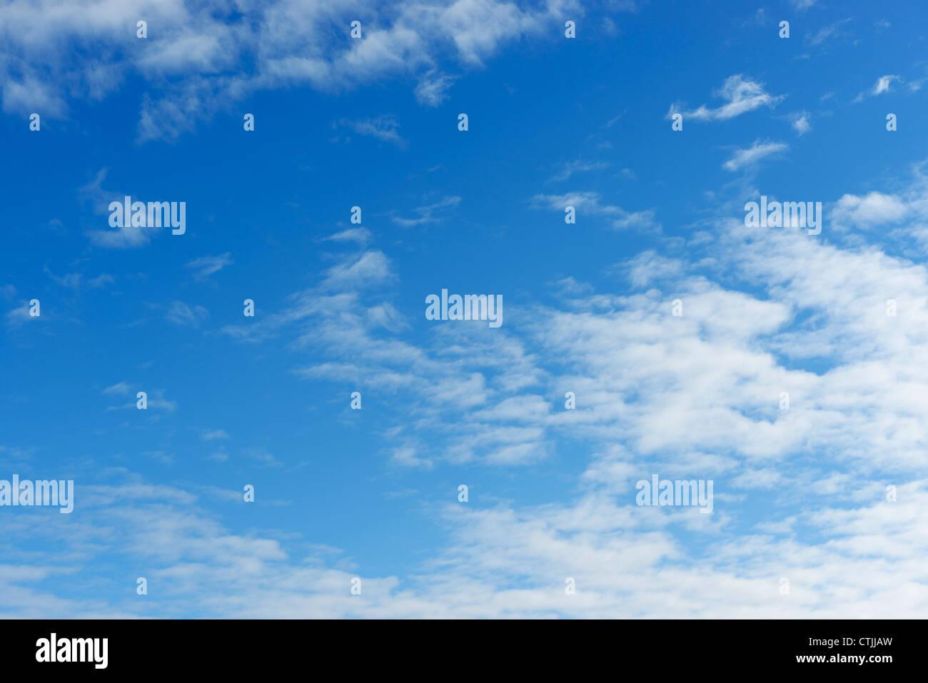 Blauer Himmel mit leichte Bewölkung Stockbild