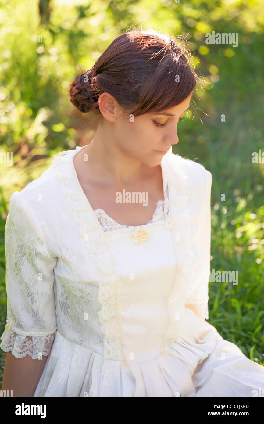 Porträt einer jungen, hübschen Frau in einem viktorianischen Kleid Stockfoto