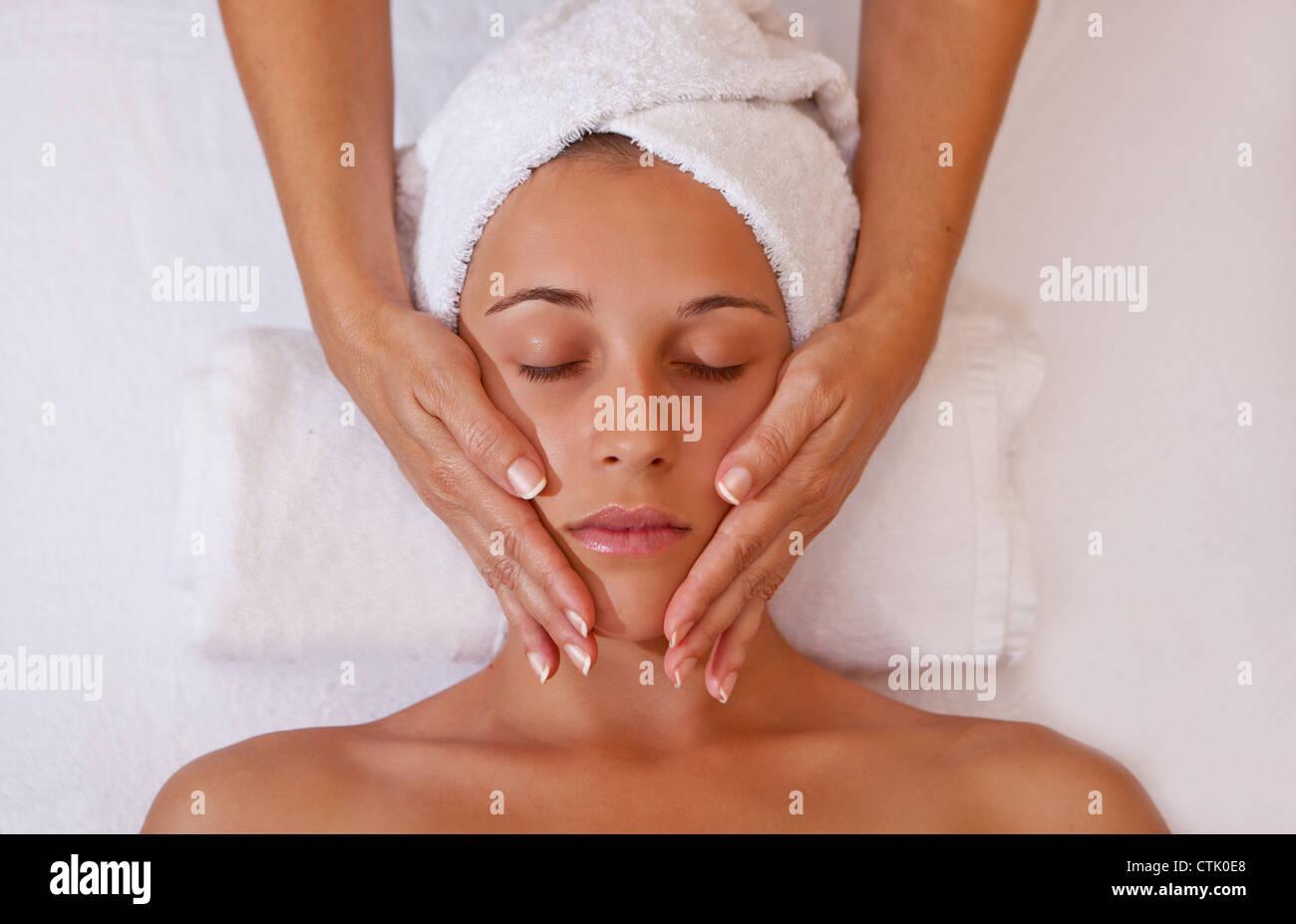 Frau, entspannende Massage von Kopf oder Gesicht Stockbild