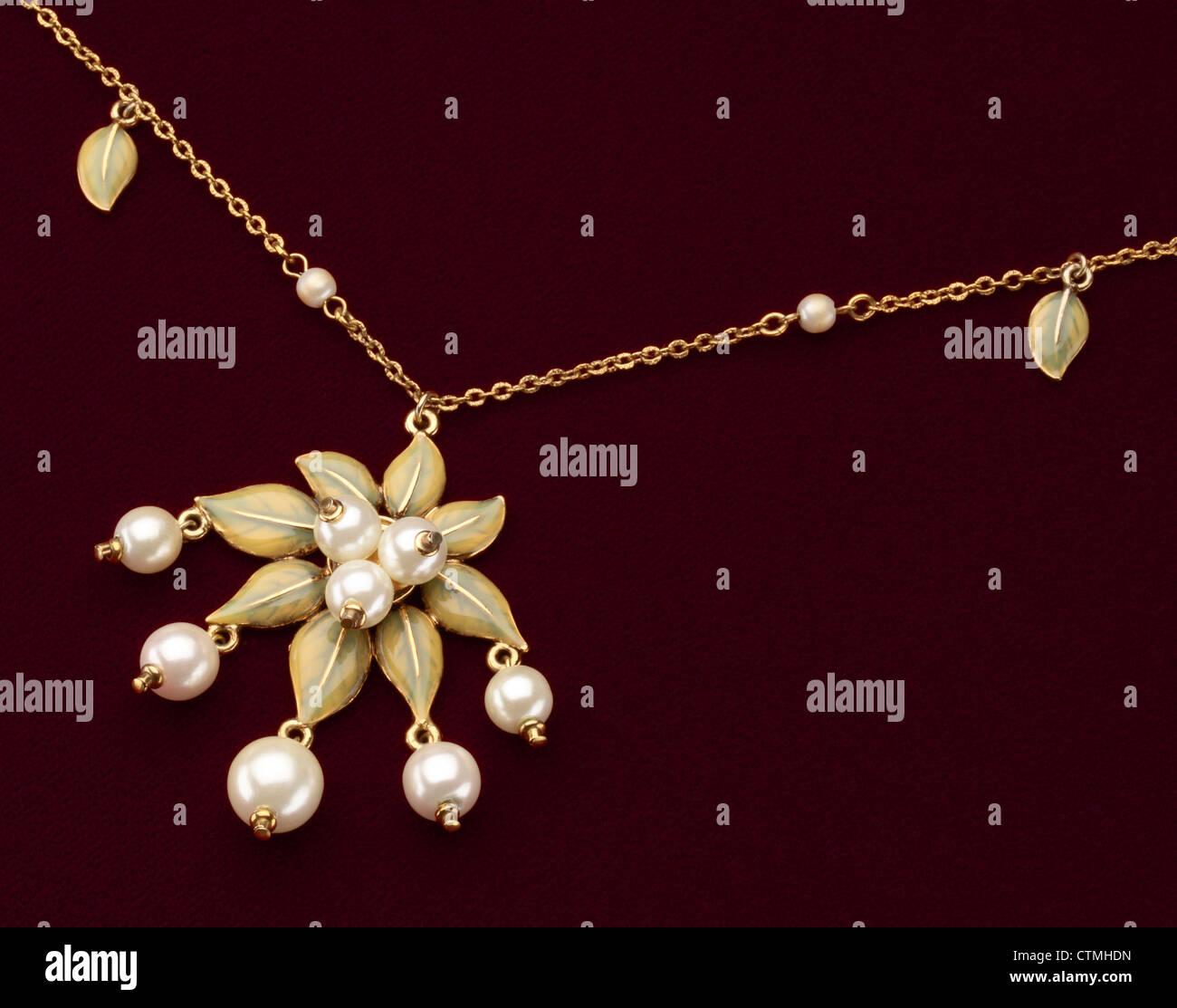 Modeschmuck. Eine Nahansicht des eine goldene Halskette mit Blumen und Perlen Perlen. Stockbild