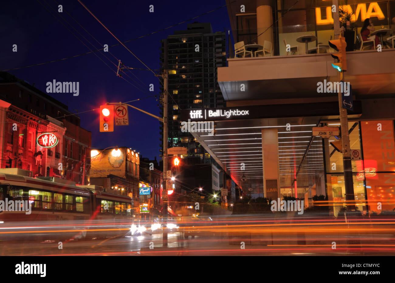 Nachtleben auf King Street East in Toronto einschließlich Tiff Bell Lightbox Festival Tower und angesagte restaurants Stockbild