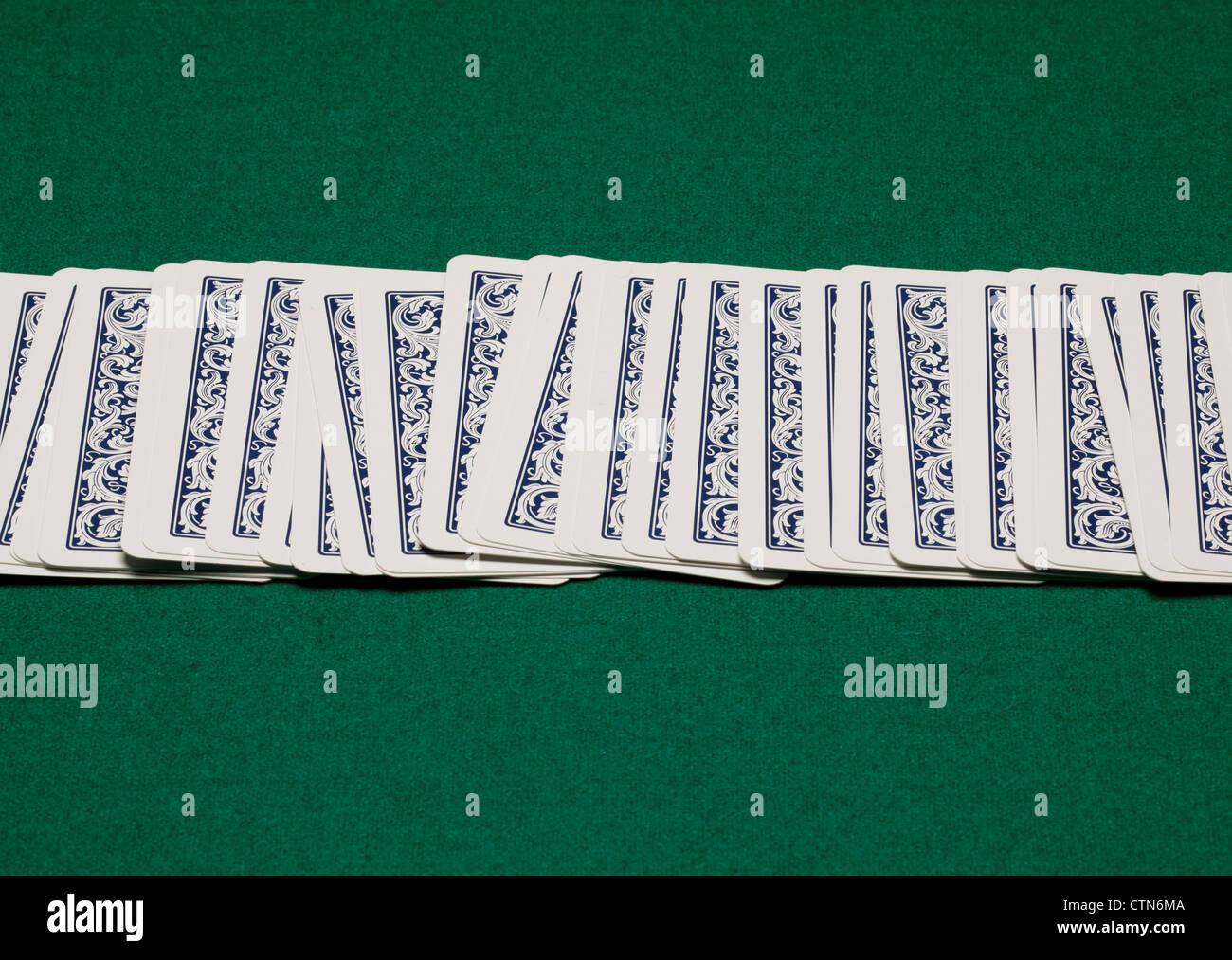 Spielkarten auf dem grünen Tisch. Stockbild