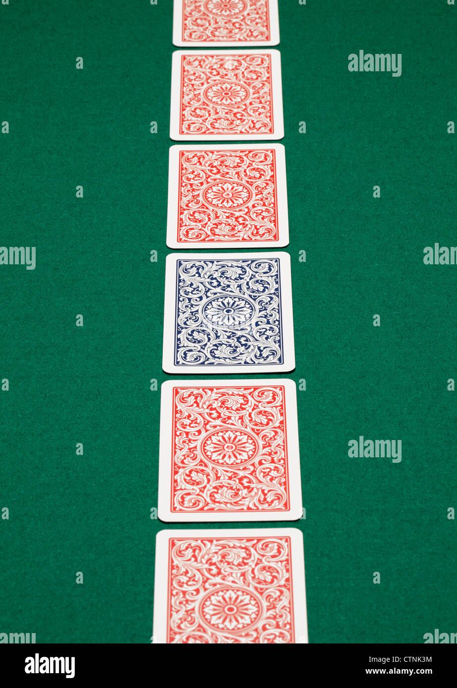 Eine Reihe von Spielkarten am grünen Tisch. Stockbild