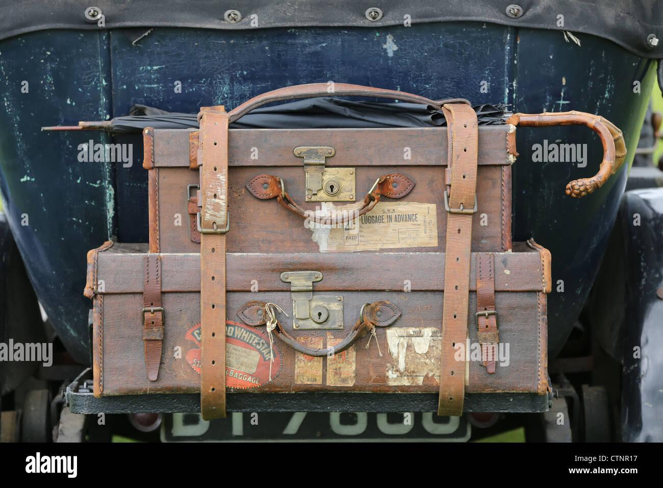 Leder-Gepäck auf dem Rücken eines Oldtimers Stockbild