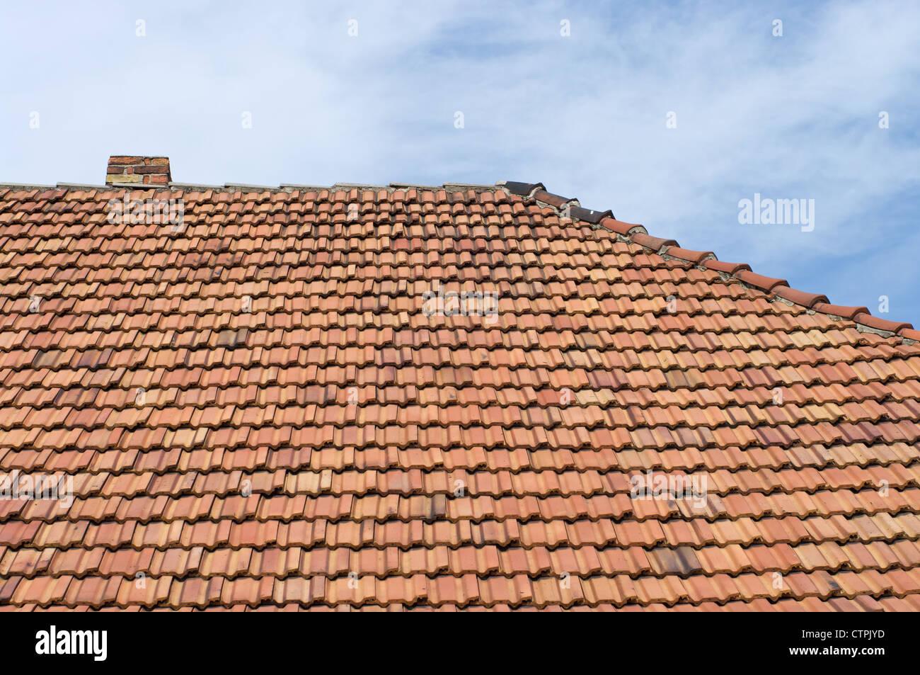 Das Dach Der Fliesen Und Der Schornstein Gegen Den Himmel.