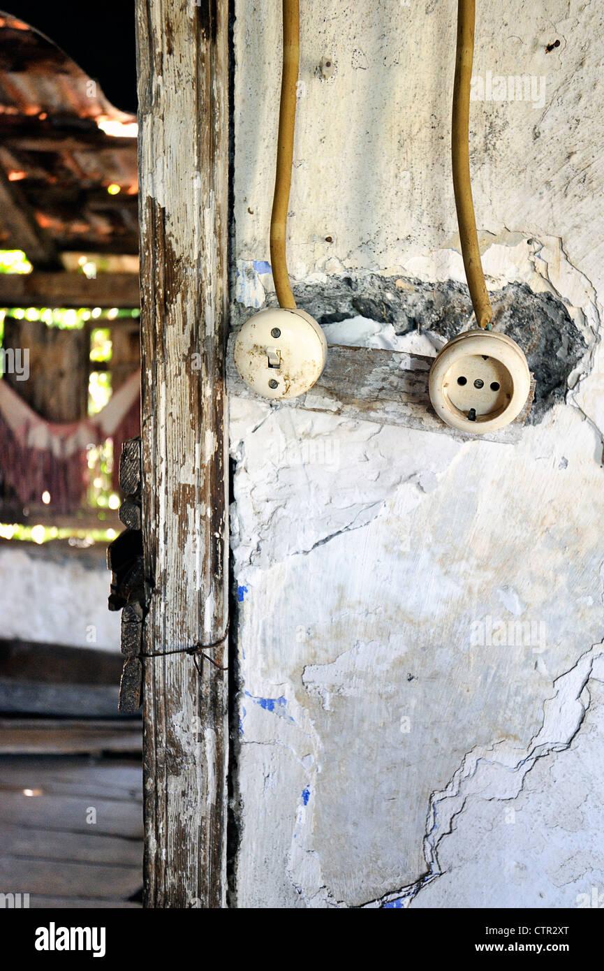 Lichtschalter und Steckdose mit schlechte Verkabelung Stecker ...