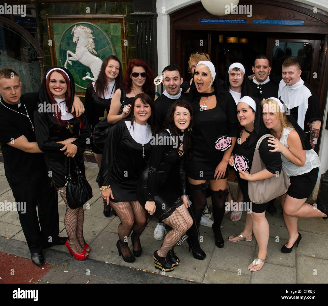 Frauen und Männer in Aberystwyth auf eine 42. Geburtstag Party ...