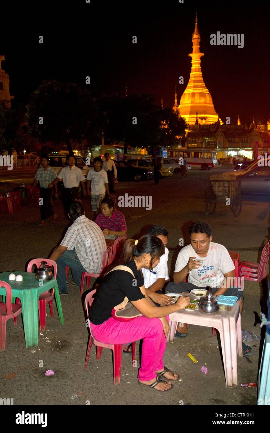 Birmanische Menschen Essen und trinken im Freien in der Nähe der Sule Paya befindet sich im Herzen der Innenstadt Stockbild