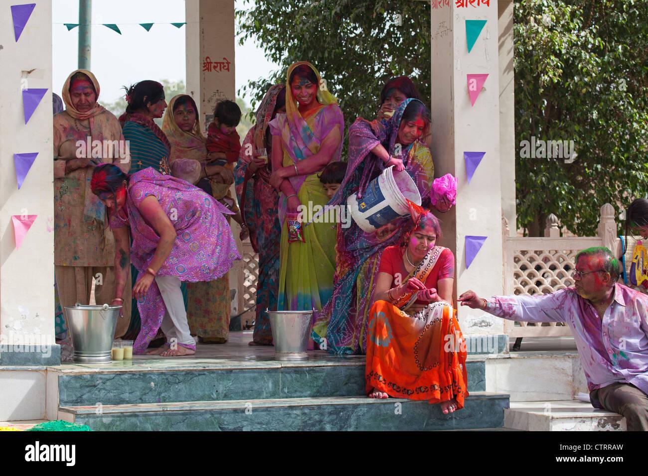 Frauen bedeckt in bunten Farbstoff feiern Holi Festival, Festival of Colours in Mathura, Uttar Pradesh, Indien Stockbild