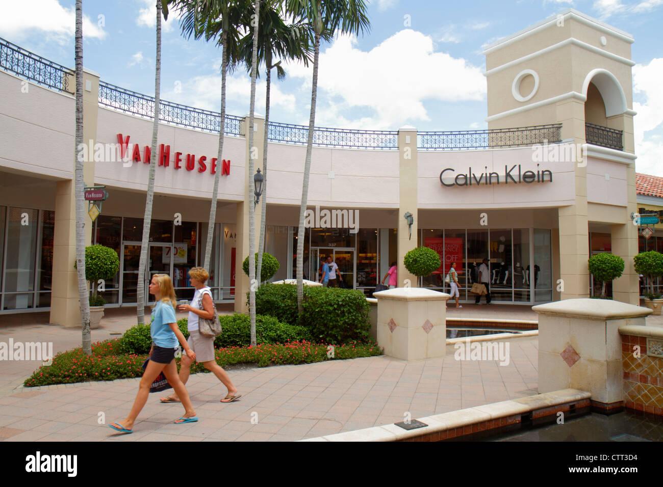 bc5cf2cad0265 Florida Estero Miromar Outlets shopping vorne außen Teengirl Frau Mutter  Van Heusen Herren Kleidung Designer Calvin Klein