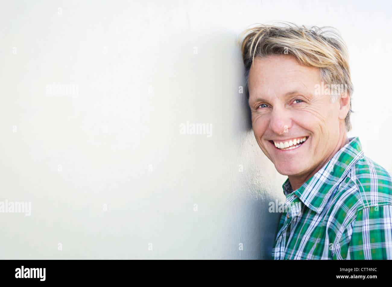 Glücklich Lächelnd Reifen Mann In Den Vierzigern Mit Blonden Haaren