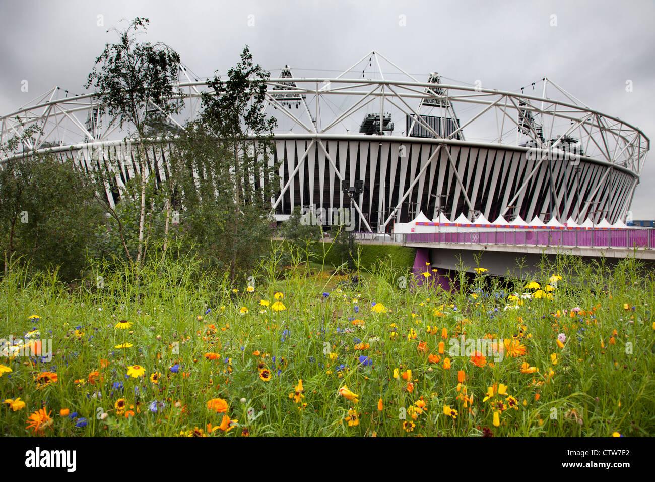 London 2012 Olympic Park in Stratford. Die Website ist eine wunderschöne Landschaft mit Gärten von allem blühenden Stockfoto