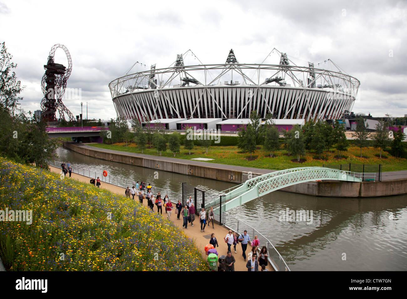 London 2012 Olympic Park in Stratford. Die Website ist eine wunderschöne Landschaft mit Gärten von allem blühenden Wildblumen. Stockfoto