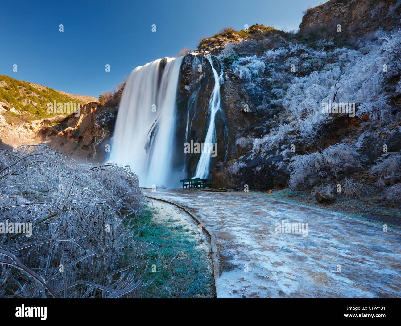 Wasserfall (Krcic) im Winter, in der Nähe von Knin Kroatien Stockbild