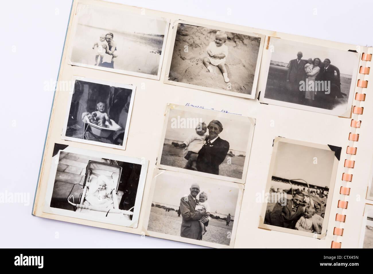 Alte verblasst schwarz und weiß gedruckte Fotos in einer Familie Foto Album der 50er Jahre ära mit Seite Stockbild